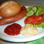 Brötchen mit Bockwurst und Salat